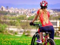 Bikes el casco que lleva de ciclo de la muchacha Fotos de archivo libres de regalías