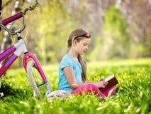 Bikes el casco que lleva de ciclo de la muchacha Imagen de archivo libre de regalías