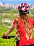 Bikes el casco que lleva de ciclo de la muchacha Foto de archivo libre de regalías