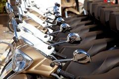 Bikes il particolare dei motoerbikes del motorino in una riga Fotografia Stock Libera da Diritti