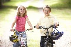 bikes la guida della campagna dei bambini Fotografia Stock Libera da Diritti