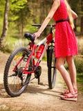 Bikes a la muchacha de ciclo en parque Imagenes de archivo