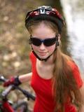 Bikes a la muchacha de ciclo en parque Foto de archivo libre de regalías