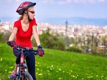 Bikes a la muchacha de ciclo La muchacha monta la ciudad de la bicicleta hacia fuera Fotos de archivo