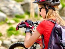 Bikes a la muchacha de ciclo Mirada del ciclista en el reloj elegante Fotografía de archivo libre de regalías