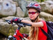 Bikes a la muchacha de ciclo Reloj de la muchacha del ciclista en los relojes Imagen de archivo