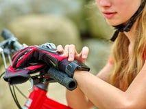 Bikes a la muchacha de ciclo Reloj de la muchacha del ciclista en los relojes Fotografía de archivo