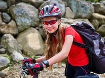 Bikes la ragazza di riciclaggio nel parco Immagine Stock Libera da Diritti