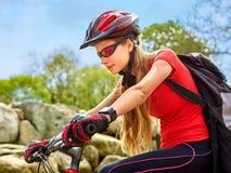 Bikes la ragazza di riciclaggio nel parco Fotografie Stock