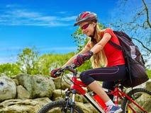 Bikes la ragazza di riciclaggio nel parco Immagine Stock