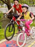 Bikes a muchachas de ciclo con la mochila que completa un ciclo en carril de la bici Fotografía de archivo libre de regalías