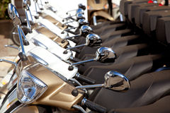 Bikes o detalhe dos motoerbikes do 'trotinette' em uma fileira Fotografia de Stock Royalty Free