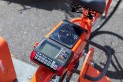 Biketown rowerowy udzielenie i do wynajęcia program z słoneczną zasilaną ładuje stacją obrazy stock