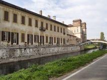 Bikeway längs den stora Naviglioen, villa Gaia på Robecco Arkivbilder