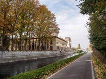Bikeway längs Naviglio den stora villan Gaia på Robecco Arkivbilder