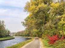 Bikeway längs Naviglioen som är stor från Abbiategrasso till Turbigo Fotografering för Bildbyråer