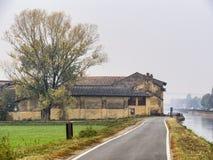 Bikeway längs Naviglioen som är stor från Milan till Abbiategrasso Royaltyfria Bilder