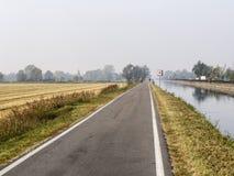 Bikeway längs Naviglioen som är stor från Milan till Abbiategrasso Royaltyfri Bild