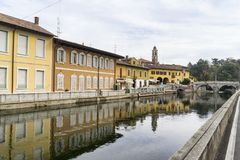 Bikeway längs Naviglioen som är stor på den Boffalora sopraen Ticino Royaltyfria Bilder