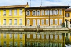 Bikeway längs Naviglioen som är stor på den Boffalora sopraen Ticino Royaltyfri Fotografi