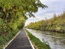 Bikeway längs Naviglioen som är stor på Robecco Royaltyfri Bild