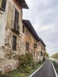 Bikeway längs Naviglioen som är stor på Robecco: gamla hus Arkivfoton