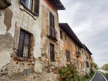 Bikeway längs Naviglioen som är stor på Robecco: gamla hus Royaltyfri Fotografi