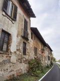 Bikeway längs Naviglioen som är stor på Robecco: gamla hus Arkivfoto