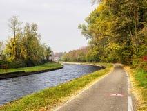 Bikeway a lo largo del Naviglio grande de Abbiategrasso a Turbigo Imagen de archivo libre de regalías