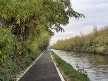 Bikeway a lo largo del Naviglio grande en Robecco Fotos de archivo libres de regalías