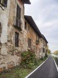 Bikeway a lo largo del Naviglio grande en Robecco: casas viejas Fotografía de archivo libre de regalías