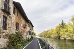 Bikeway a lo largo del Naviglio grande en Robecco: casas viejas Fotografía de archivo