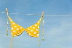 Bikiní amarillo del punto de polca Imagen de archivo