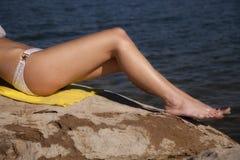 Bikiní de las piernas de la mujer Foto de archivo libre de regalías