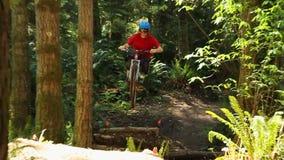 biking βουνό λόφων ανακύκλωσης επάνω απόθεμα βίντεο