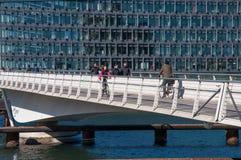 Biking και περπάτημα στη γέφυρα Bryggen Στοκ Εικόνες