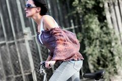 biking νεολαίες κοριτσιών Στοκ εικόνες με δικαίωμα ελεύθερης χρήσης