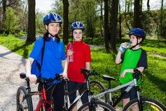 biking οικογένεια Στοκ Εικόνες