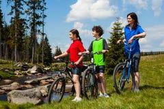biking οικογένεια Στοκ φωτογραφία με δικαίωμα ελεύθερης χρήσης