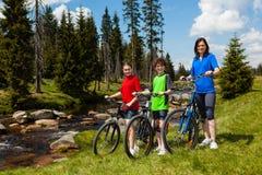 biking οικογένεια Στοκ φωτογραφίες με δικαίωμα ελεύθερης χρήσης