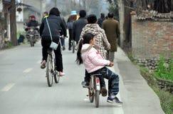 biking περπάτημα οικογενειακών δρόμων χωρών Στοκ Φωτογραφία
