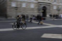 Biking στο τετράγωνο του ST Jaume στη Βαρκελώνη στοκ εικόνες με δικαίωμα ελεύθερης χρήσης