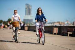 Biking ativo dos povos imagens de stock royalty free