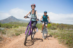 Biking atlético da montanha dos pares imagem de stock royalty free