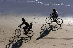 Biking bij het strand Stock Foto