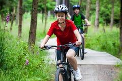 Biking da família Imagens de Stock Royalty Free