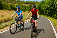 Biking da menina e do menino Foto de Stock Royalty Free