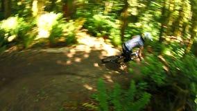 Biking da montanha vídeos de arquivo