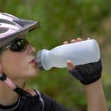Biking da montanha da mulher nova Imagem de Stock