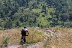 Biking da montanha do ciclista subida Imagem de Stock